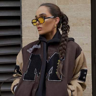 Хит весеннего сезона – университетский бомбер: стильные примеры модниц