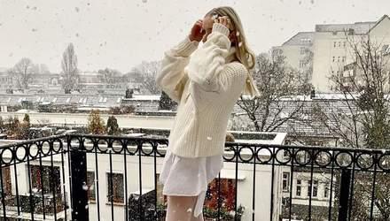 Снежная королева: Леони Ханне показала впечатляющий белоснежный образ на балконе