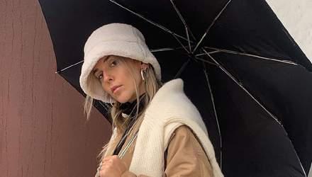 Як одягнутися у першу дощову погоду навесні: стильний прийом від Софії Коельо