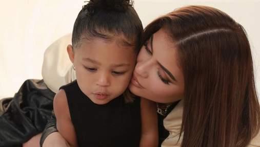 З портфелем за 12 тисяч доларів: Кайлі Дженнер відправила 2-річну доньку в школу