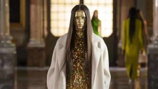 Довге волосся та позолочене обличчя: як виглядав показ Valentino в самому серці Рима
