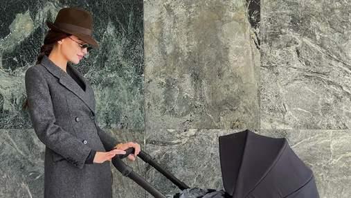 У капелюсі, пальто Prada та чоботах Isabel Marant: Анна Андрес вийшла на прогулянку з малюком