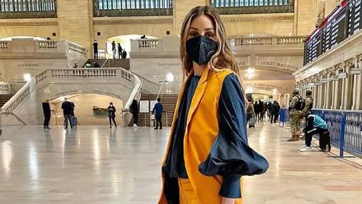 Олівія Палермо одягнула жовтий костюм та сорочку з рукавами-буфами: бездоганний образ