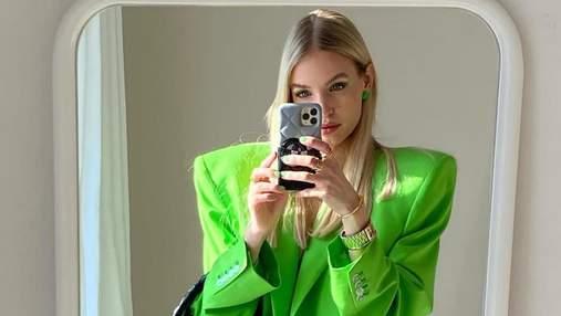 Массивные наплечники в жакетах – тренд весны, который демонстрирует модница Леони Ханне: фото