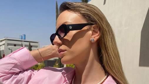 Леся Никитюк показывает трендовое украшение весны – ожерелье из жемчужин: фото