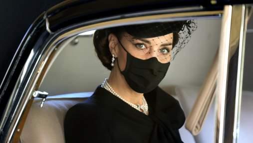 Кейт Міддлтон прибула на похорон в розкішному кольє із колекції Єлизавети II: фото
