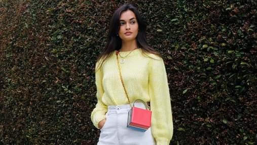 Желтый свитер с кроссовками и белые штаны: нежный весенний образ показывает Жизель Оливейра
