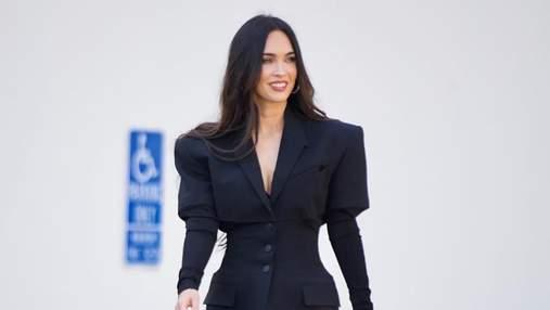 Взрывное комбо: Меган Фокс надела стильное платье-жакет с босоножками на высоком каблуке