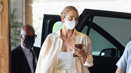 Рози Хантингтон-Уайтли показывает, как интересно одеваться в белые брюки и рубашку: фото образа