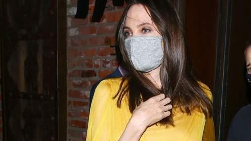 У жовтій сукні з сумкою Valentino: Анджеліна Джолі приголомшила яскравим образом