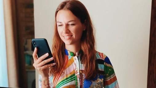 Дружина Григорія Решетника вразила образом у яскравій сукні: фото
