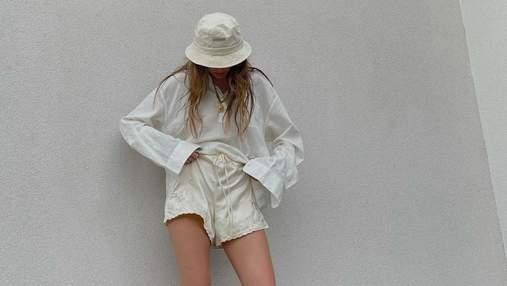 Надя Дорофеева показала обольстительный образ в атласных шортах и тапочках от Gucci