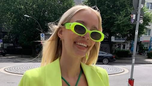 Леони Ханне демонстрирует яркий зелено-желтый образ на улицах Берлина: безупречный выход
