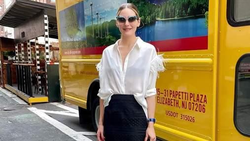 Оливия Палермо вышла на улицу Нью-Йорка в стильной рубашке и длинной юбке: фото