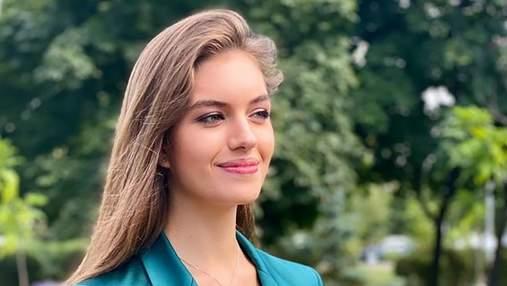 Жена Комарова появилась в атласном костюме за более чем 23 тысячи гривен