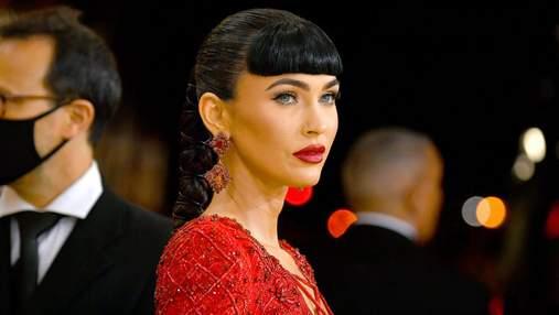 Фатальна жінка: Меган Фокс з новою зачіскою з'явилася на Met Gala в розкішній сукні з вирізами