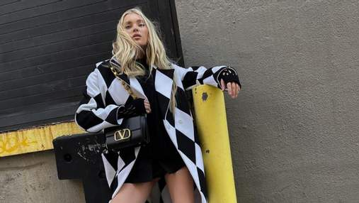 Пальто з принтом у ромби та гумові чоботи: Ельза Госк показала стильний образ
