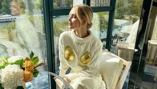 К'яра Ферраньї одягнула провокативний светр із золотими грудьми: розкішний монохромний аутфіт