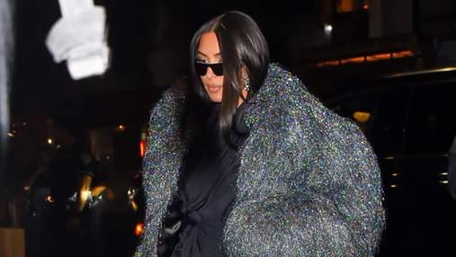 Кім Кардашян прогулялася вечірнім Нью-Йорком у блискучій шубі від Balenciaga: ефектний образ