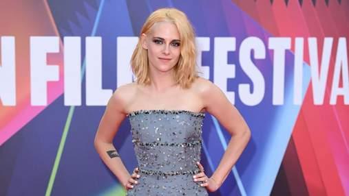 """Крістен Стюарт прийшла на прем'єру """"Спенсер"""" у сріблястій сукні з блискітками від Chanel: фото"""