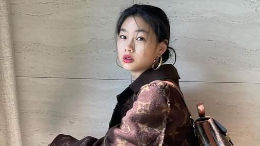 """Зірка серіалу """"Гра в кальмара"""" Хо Ен Чон показала стильний образ у пальті Louis Vuitton: фото"""