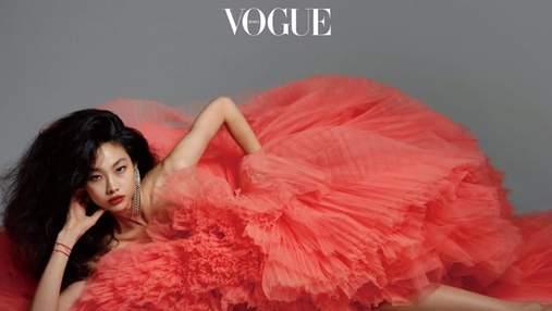 """Актриса сериала """"Игра в кальмара"""" Хо Ен Чон позировала в роскошном наряде для глянца Vogue: фото"""