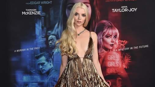 Аня Тейлор-Джой вышла на красную дорожку в огненно-золотом платье с глубоким разрезом: фото
